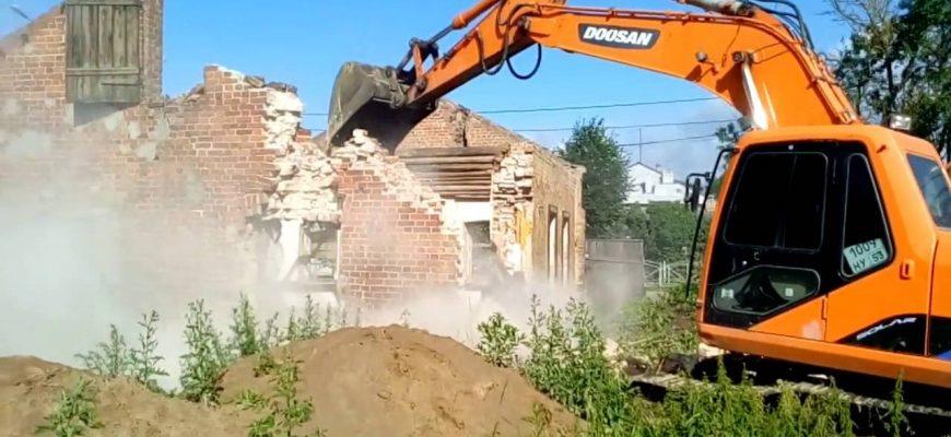 демонтаж здания экскаватором